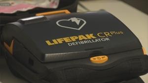Aprendemos a utilizar un desfibrilador, un aparato que salva vidas