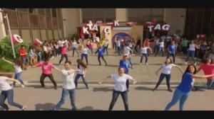 Flashmob ikusgarria egin du 'Gu Ta Gutarrak'eko familiak