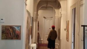 Emilia Epeldek galeria erakusten dio bisitariari, bazkaldu aurretik EITB.EUS