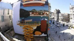 El artista vizcaíno Luis Olaso trabaja en la elaboración de un mural. Foto: eitb.eus