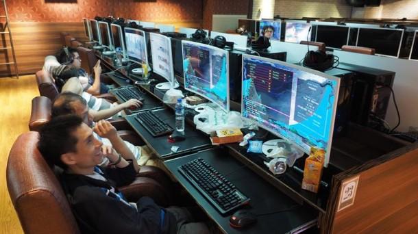 Varias personas trabajan delante de un ordenador. Foto: EFE