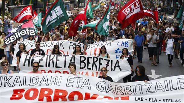 Protestas durante la huelga de ayer. Foto: Efe