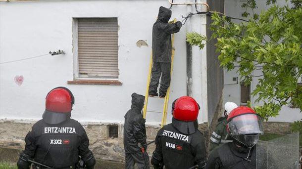 Técnicos de Iberdrola corta la luz en Errekaleor escoltados por la Ertzaintza. Foto: EFE