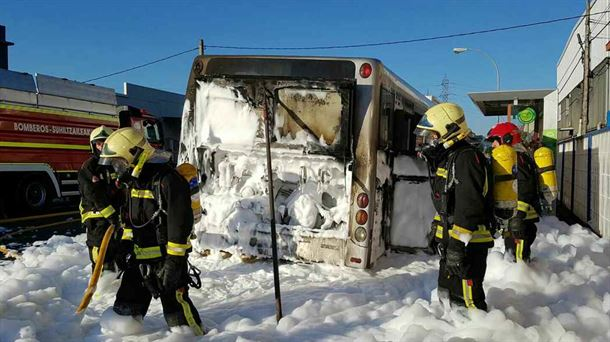 El autobús incendiado en Vitoria-Gasteiz. Foto: Bomberos Euskadi