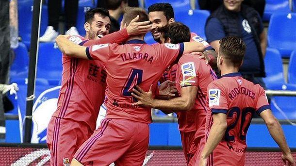 Los jugadores de la Real celebrando un gol de los cuatro marcados en Riazor. Foto: EFE