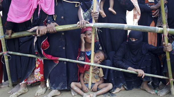 Refugiados rohinyá esperan para recibir alimentos en un campamento en Bangladés. Foto: EFE.