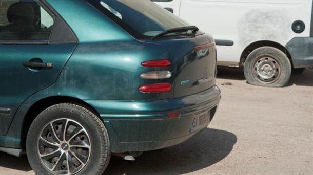 Dos de los 160 coches que han aparecido con las ruedas pinchadas en Verges (Girona). Foto: EFE