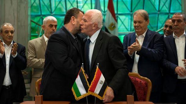 Al Fatah-ko eta Hamaseko ordezkariak, Kairoko prentsaurrekoan. EFE