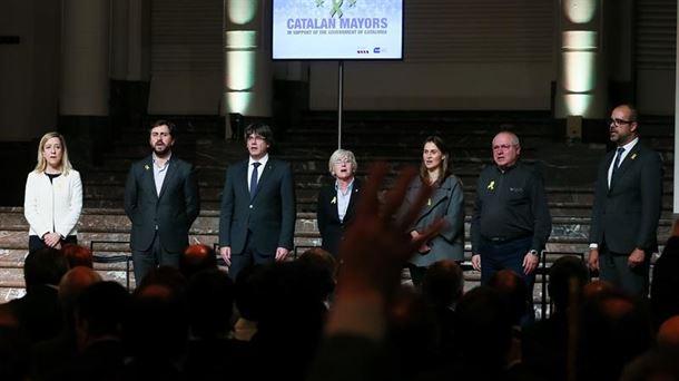 Puigdemont y sus cuatro consellers durante el acto con alcaldes en Bruselas. EFE
