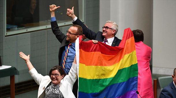 Diputados australianos celebran la aprobación del matrimonio homosexual. EFE
