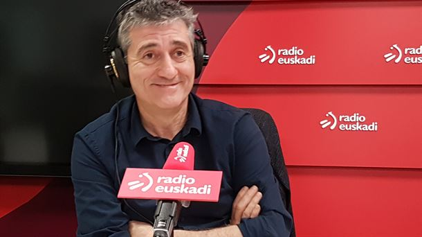 Guillermo Fesser en los estudios de Radio Euskadi en Bilbao (Foto EITB)