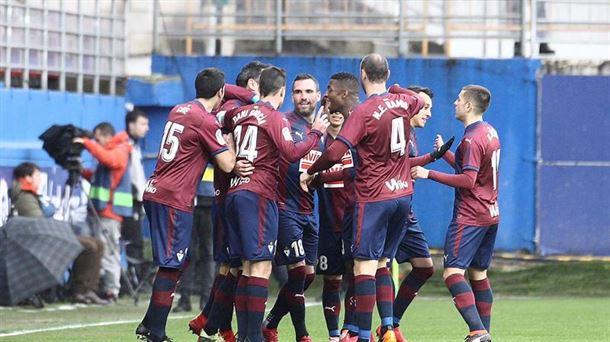 Jugadores del Eibar celebrando uno de los goles. Foto: EFE