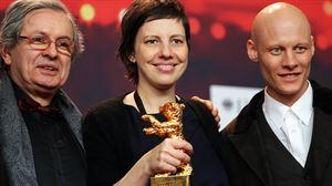 Adina Pintilie zuzendaria, Philippe Avril ekoizlea eta Tomas Lemarquis aktorearen erdian. Irudia EFE