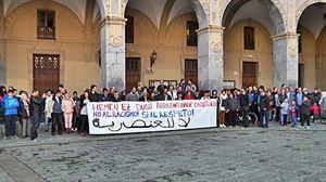 Concentración en Hernani en contra de las pintadas en la mezquita